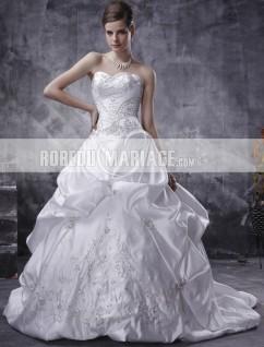 Robe de mariée princesse sans bretelle en satin avec une traîne courte